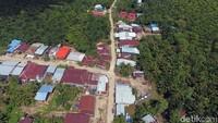 Letak Pulau Sebatik yang berbatasan langsung dengan Malaysia membuat pasokan komoditas barang, terutama kebutuhan sehari-hari, banyak didatangkan dari Negeri Jiran. Jadi, tak usah heran kalau berkunjung ke Sebatik masih melihat mata uang ringgit selain rupiah.
