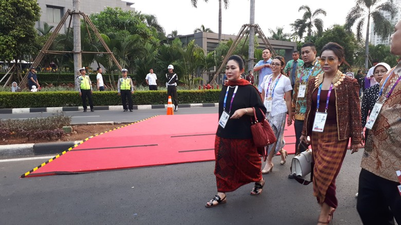 Bareng Mayangsari, Titiek Soeharto Ikut Nonton Opening Asian Games