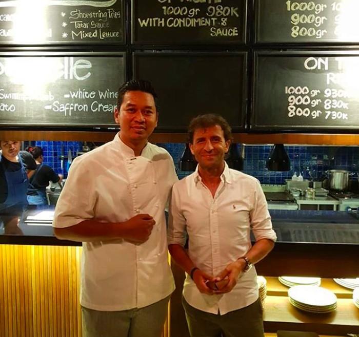 Di Bali, mantan pesepak bola Spanyol ini mampir bersantap di Kayu Bakar Berawa. Tak ketinggalan foto bersama sang chef. Foto: Instagram @luismillacoach