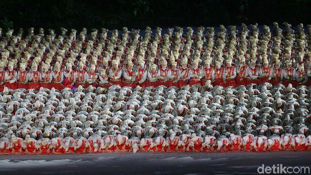 Sang koreografer Denny Malik menuturkan rahasia kostum di balik tarian yang ia sebut berjudul 'Garis Indonesia'.