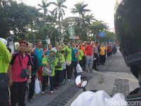 Masyarakat menyaksikan iring-iringan moge yang mengawal obor Asian Games.