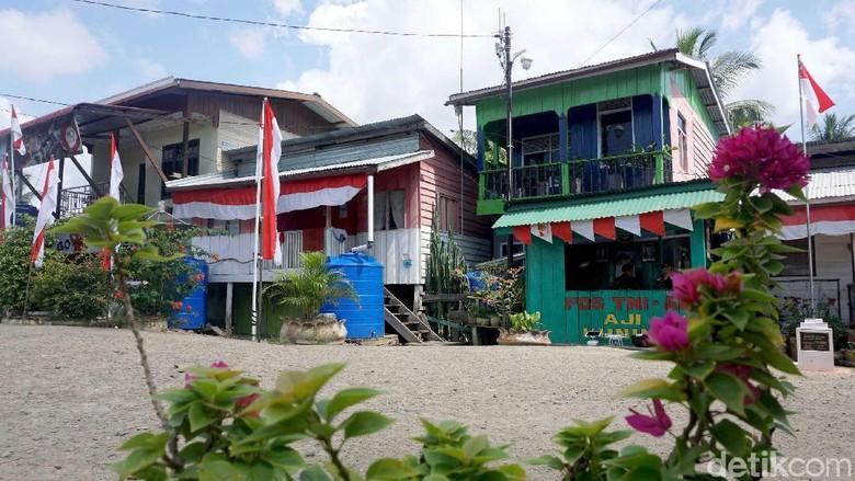 Pulau Sebatik adalah pulau terluar Indonesia yang juga dimiliki oleh Indonesia dan Malaysia. Uniknya ada rumah dua muka yang terletak persis di perbatasan.