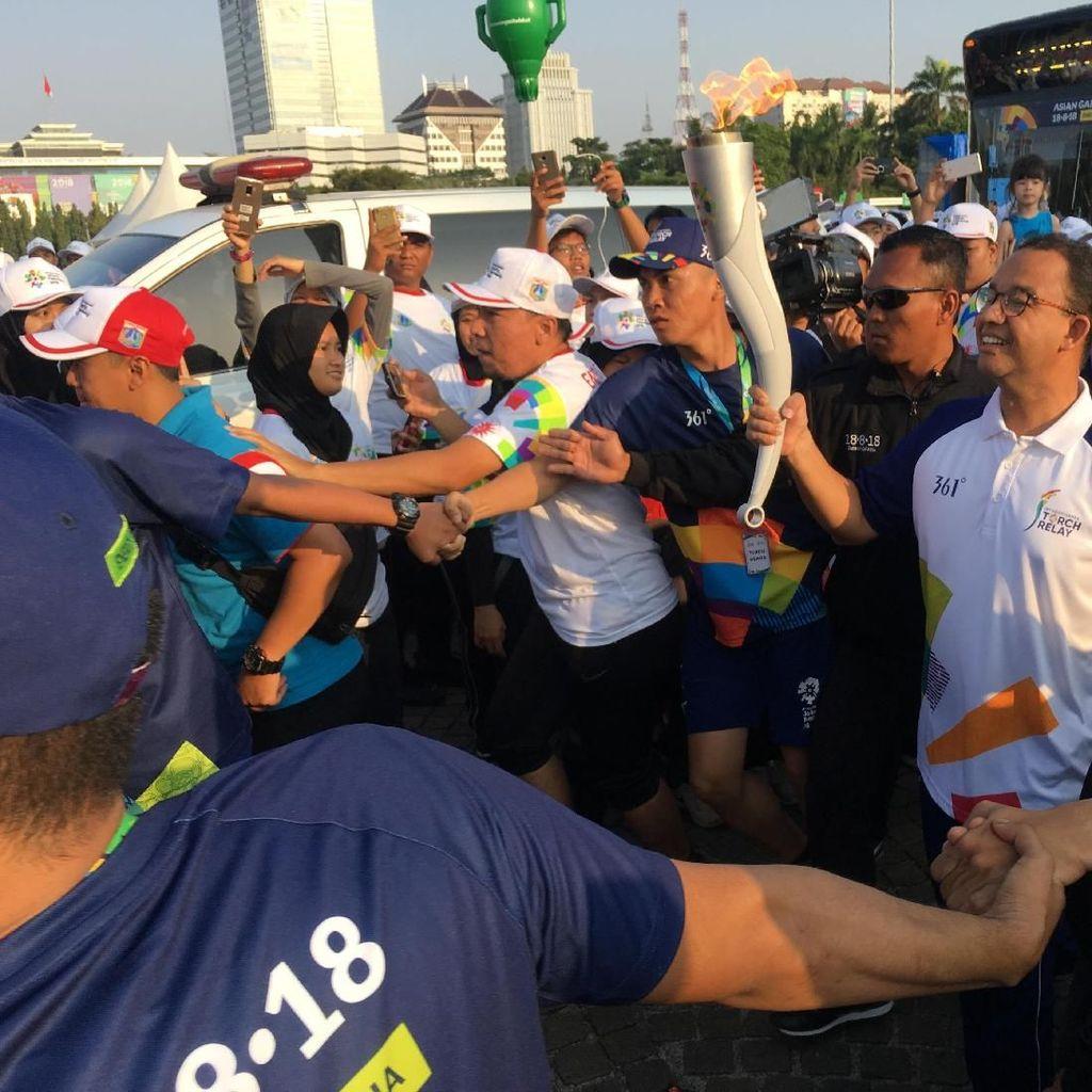 Anies Baswedan Ikut Arak Obor Asian Games dari Monas ke GBK