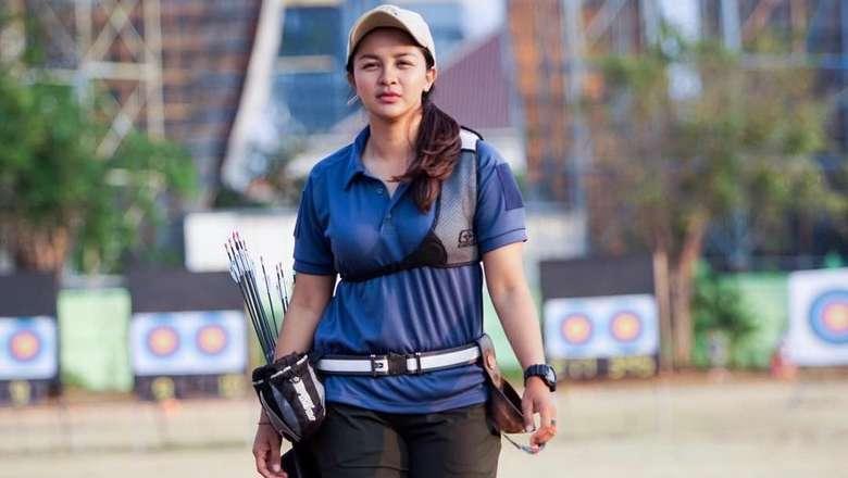 Lahir di Surabaya 12 Mei 1990, Dellie Threesyadinda sudah menjadi atlet panahan semenjak tahun 2004 dengan ikut serta di Pekan Olahraga Nasional (PON) di Sumatera Selatan. (instagram/delliedinda)