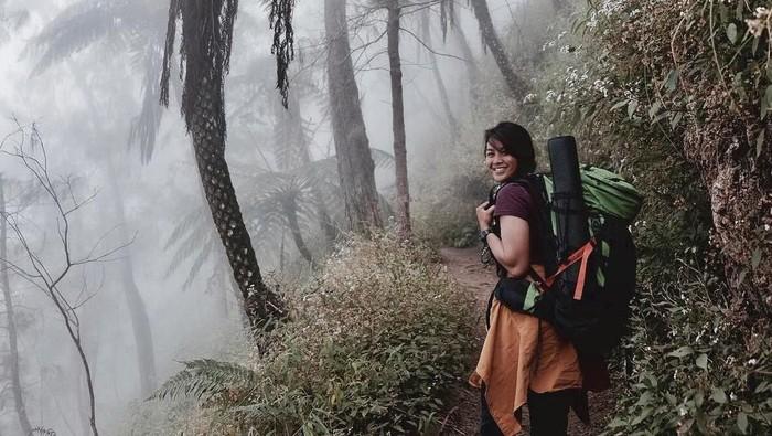 Dellie bukan hanya gemar olahraga yang sudah mainstream, ia juga suka melakukan olahraga ekstrem seperti naik gunung. (instagram/delliedinda)