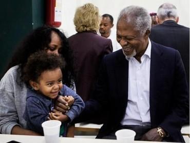 Kofi Annan mendengarkan curhat anak-anak di sebuah pengungsian. (Foto: Instagram @kofiannan)