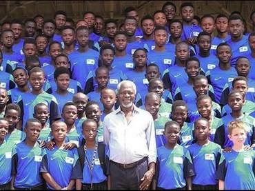 Kofi Annan bertemu dengan anak-anak muda Ghana. Dia bilang, anak-anak berbakat itu adalah pemimpin masa depan. Jika kita mengabaikan dan tidak mengembangkannya untuk menjadi pemimpin yang lebih baik, negara akan rugi. (Foto: Instagram @kofiannan)