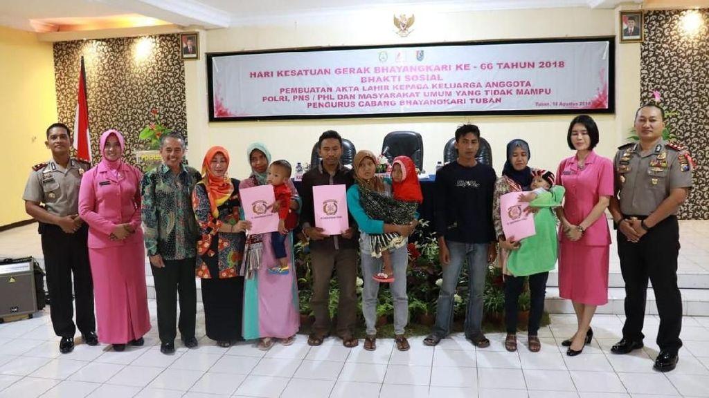 HUT RI, Bhayangkari Tuban Bagikan Akta Lahir Gratis