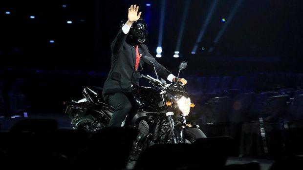 Presiden Joko Widodo mengendarai motor di upacara pembukaan Asian Games 2018.