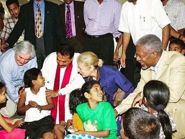 Kofi Annan dan istri memberi semangat anak-anak Sri Lanka di pengungsian karena tsunami pada 26 Desember 2004. (Foto: Instagram @kofiannan)