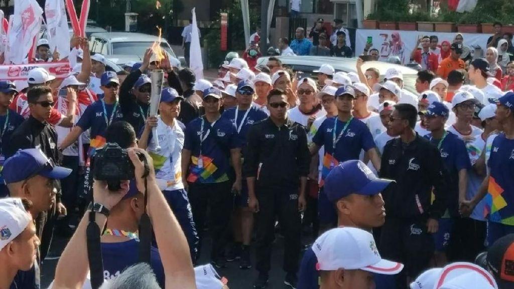 Jelang Pembukaan Asian Games, Direktur Pertamina Lari Bawa Obor