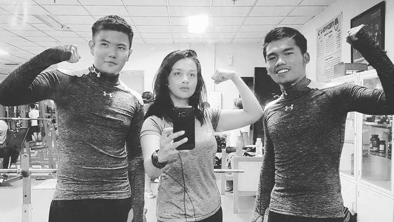 Tidak lupa untuk menjaga bentuk tubuhnya tetap ideal Dellie melakukan olahraga di tempat fitness bersama 2 temannya. (instagram/delliedinda)