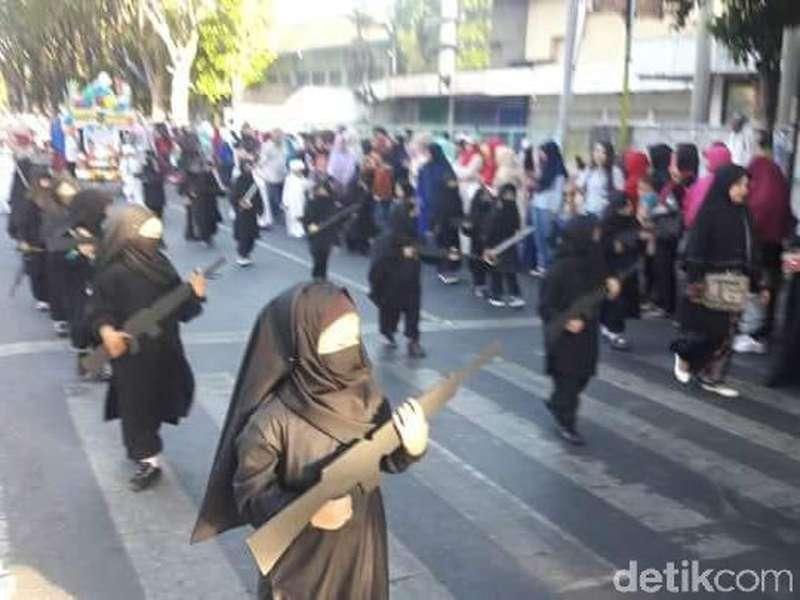 Viral Peserta Karnaval TK Bercadar dan Bersenjata di Probolinggo