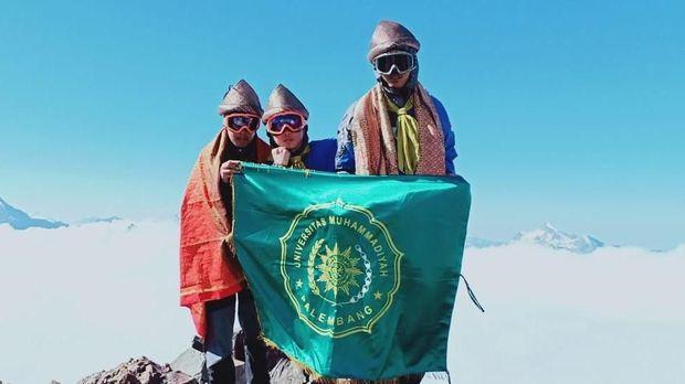 Tiga pendaki mahasiswa Universitas Muhammadiyah Palembang di Puncak Elbrus, 14 Agustus 2018.