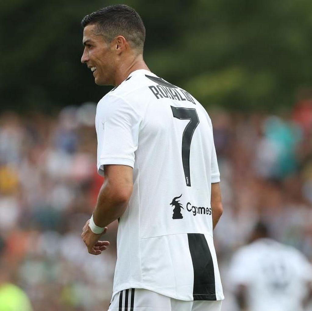 Aksi Cristiano Ronaldo Nyanyi di Atas Kursi