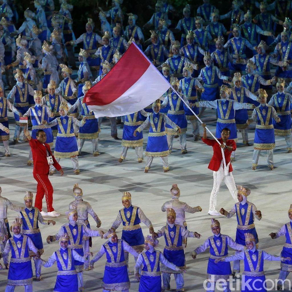 Saat Bendera RI Ikut Dikibarkan Atlet Jepang di Opening Asian Games