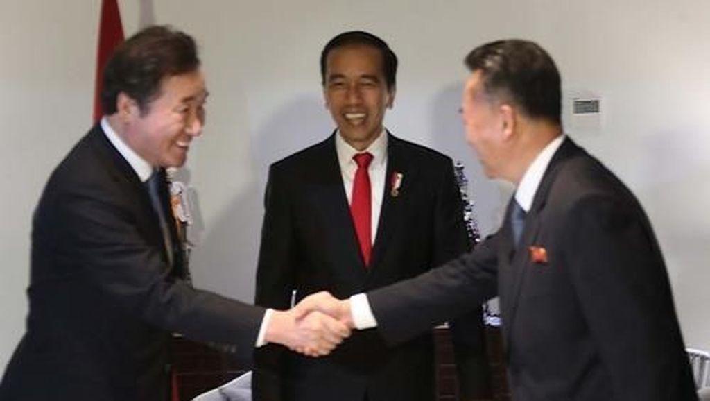 2 Pemimpin Korsel-Korut Salaman di Hadapan Jokowi saat Asian Games