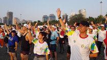 Antusiasme Warga Lihat Pawai Obor Asian Games di Monas