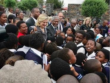 Kofi Annan dan istri dielu-elukan anak-anak sekolah saat mengunjungi monumen Hector Peterson di Afrika Selatan. (Foto: Instagram @kofiannan)