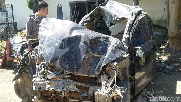 Mobil Seruduk Toko Kelontong di Bondowoso, Sopir Tewas Seketika
