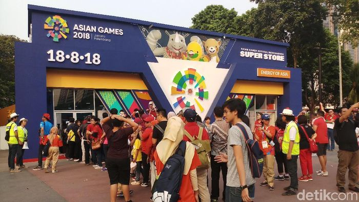 Penonton pembukaan Asian Games 2018 belanja pernak-pernik dulu (Foto: Yanu Arifin/detikSport)