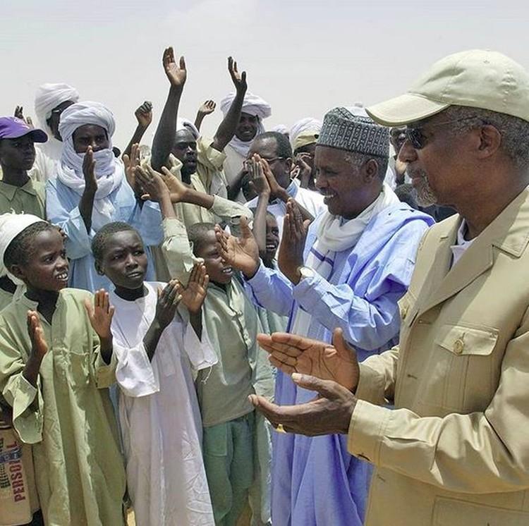 Kofi Annan disambut anak-anak saat datang ke pengungsian Iridimi di Chad, Afrika, pada 2004. (Foto: Instagram @kofiannan)