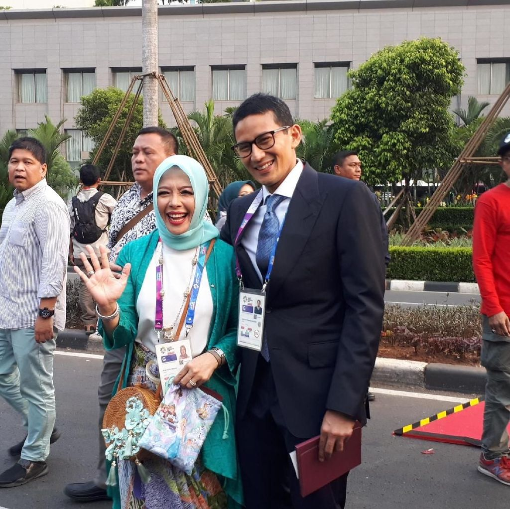 Bareng Mpok Nur, Sandiaga Tonton Pembukaan Asian Games
