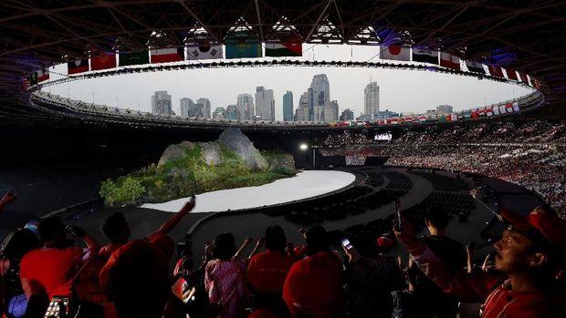 Penonton antusias menyaksikan Upacara Pembukaan Asian Games 2018.
