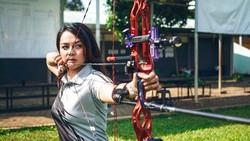 Dellie Threesyadinda adalah seorang atlet panahan cantik asal Indonesia yang akan tampil di Asian Games 2018 nanti. Lihat gaya olahraganya berikut ini.