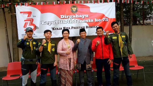 Mahasiswa Universitas Muhammadiyah Palembang pendaki Gunung Elbrus bersama Duta Besar RI untuk Moskow M Wahid Supriyadi dan Ibu  Murgiyati Supriyadi saat perayaan HUT RI ke-73 di KBRI Moskow.
