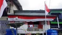 Ada beberapa rumah yang berdiri tetap di garis perbatasan Indonesia Malaysia. Salah satunya adalah milik Pak Pangara asal Bone Sulawesi Selatan yang sudah menetap disana selama kurang lebih 20 tahun. Kecintaan Pak Pangara terhadap Indonesia ia lukiskan dari rumahnya yang berwarna merah putih.