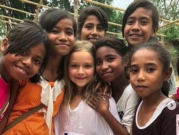 Harper suka bermain dengan anak-anak perempuan Sumba. (Foto: Instagram @victoriabeckham)