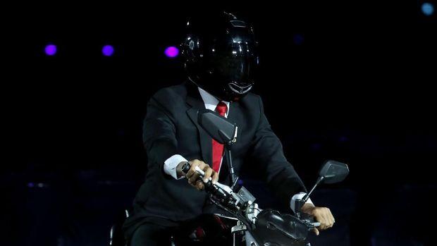 Presiden Jokowi melakukan aksi menunggangi motor datang ke SUGBK pada upacara pembukaan Asian Games 2018. (