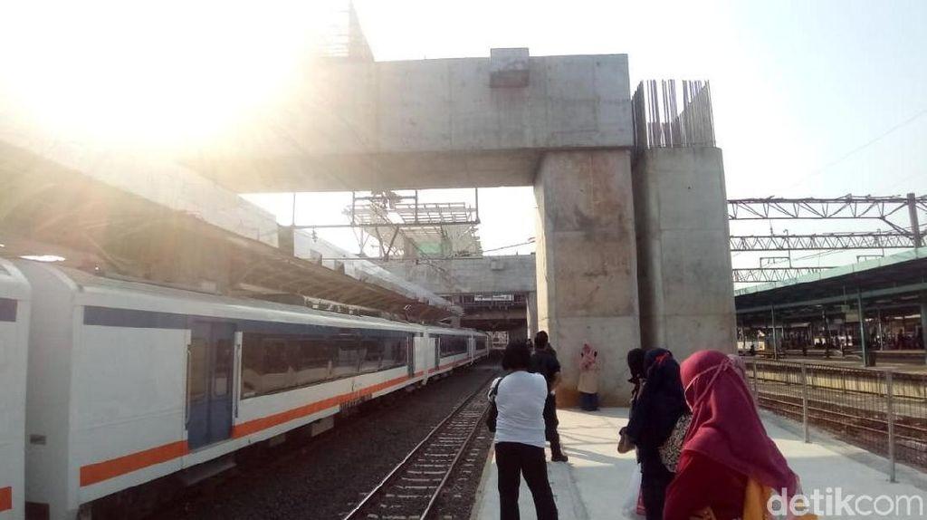 Penampakan Tiang Beton di Stasiun Manggarai Dikeluhkan Pengguna KRL