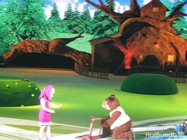 Di pemancingan, Masha dan Bear bertemu Bear Girl. Namun bear mematahkan kursi Bear Girl. Sebagai permintaan maaf, Bear mengajak makan Bear Girl ke rumahnya.