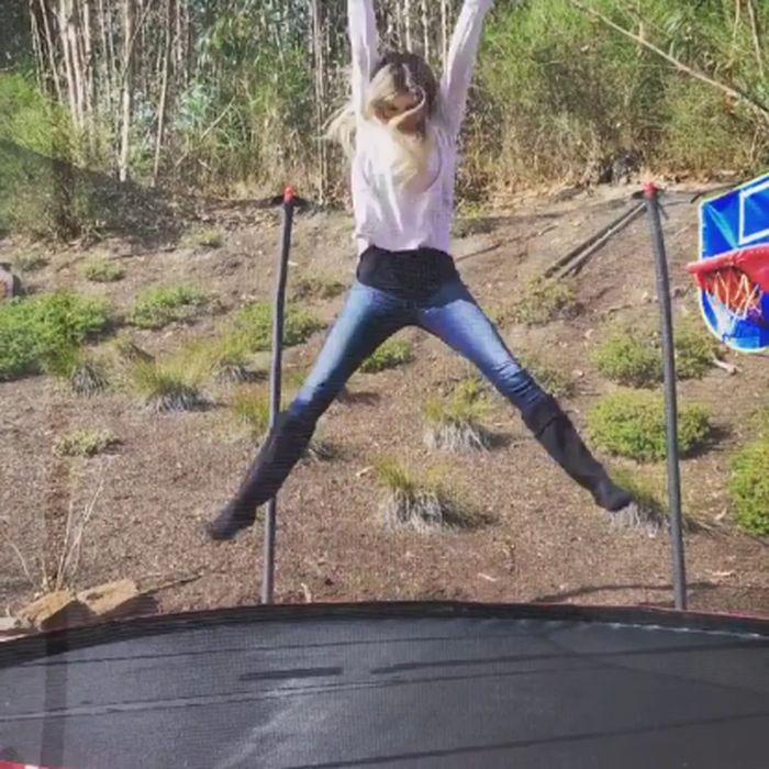Wow, Marisa lincah bermain trampolin. (Foto: instagram/marisamiller)