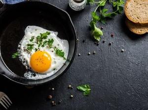 Telur Goreng Sering Gosong? Coba Ikuti Tips Chef Ini