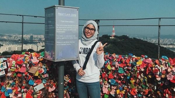 Foto: Selama di Korsel, Defia sempat berkunjung ke beberapa destinasi wisata populer di sana. Seperti contohnya Gembok Cinta di Seoul Tower ini. (Instagram/@defiarosmaniar)