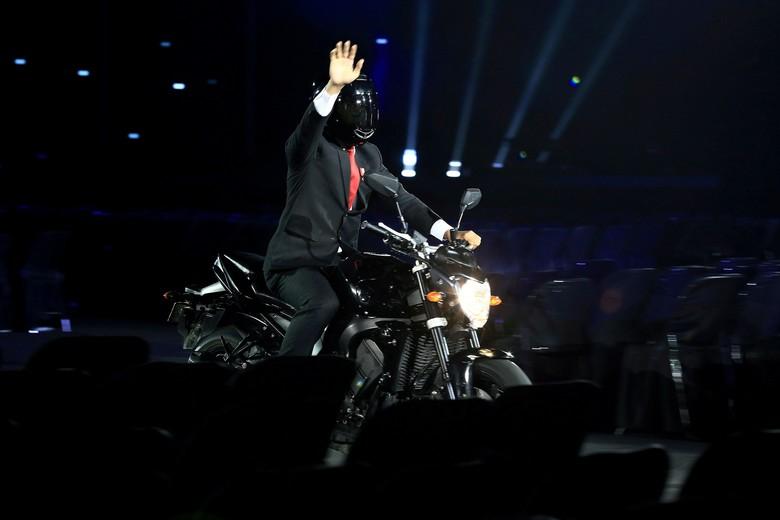 Jokowi digambarkan naik moge Yamaha FZ1 saat pembukaan Asian Games. Foto: INASGOC/Dhoni Setiawan