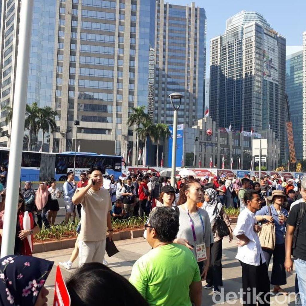Antrean Penonton Asian Games di GBK Mengular