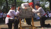 Aksi Pesilat Merpati Putih Patahkan 73 Beton di Peringatan HUT RI