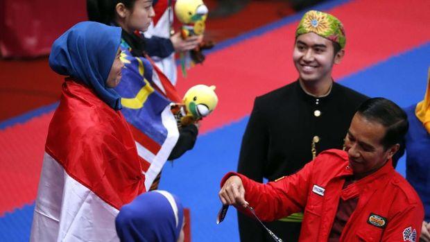 Defia Rosmaniar berada di podium teratas cabor taekwondo nomor poomsae individu putra.