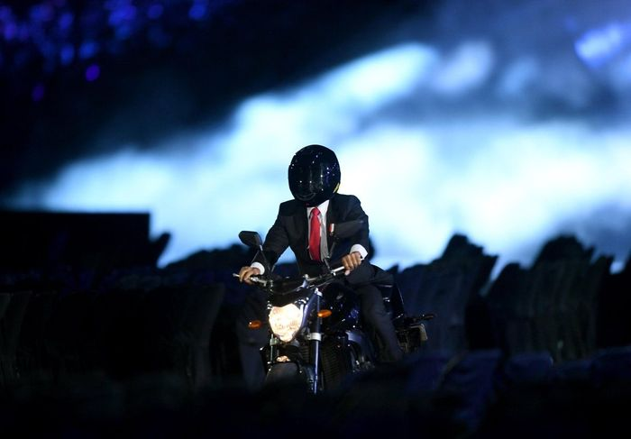 Momen saat Presiden Joko Widodo (Jokowi) tampil menggunakan motor di acara pembukaan Asian Games 2018 pun menjadi pembahasan masyarakat. Pool/dok. Xinhua News.