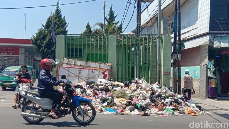 Jorok! Sampah Menumpuk di Jalan Kopo Sayati Bandung