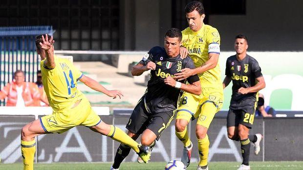 Ronaldo gagal mencetak gol karena dikawal ketat pemain Chievo.