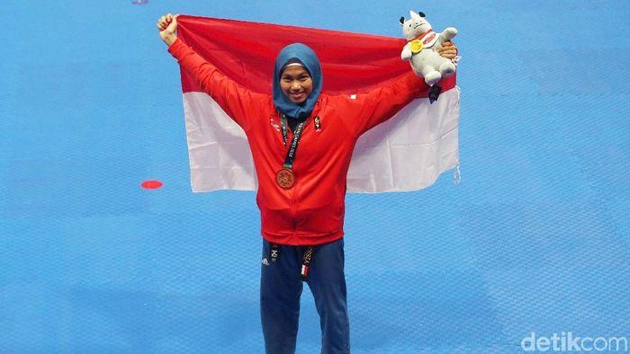 Defia Rosmaniar merayakan keberhasilan meraih emas di Asian Games 2018. (Foto: Grandyos Zafna/detikcom)