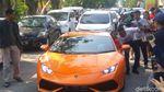 Gaya Joni Pemanjat Tiang Pegang Duit dari Hotman di Lamborghini