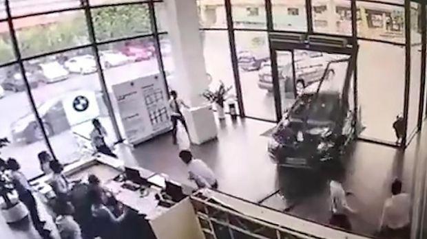 Mobil BMW berwarna biru menabrak diler