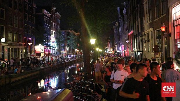 Keramaian wisatawan kala mengunjungi red light district De Wallen, Amsterdam.