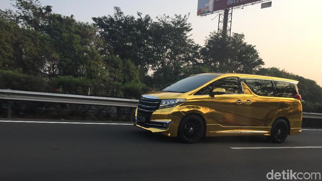 Wah Ada Alphard Emas di Jalanan Jakarta
